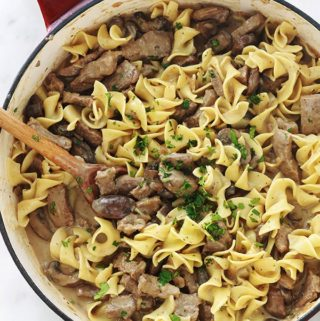 Délicieux plat facile et rapide : des nouilles au boeuf sauce stroganoff. Du steak de boeuf émincé dans une sauce crémeuse avec des champignons. Une recette tellement simple et goûteuse.