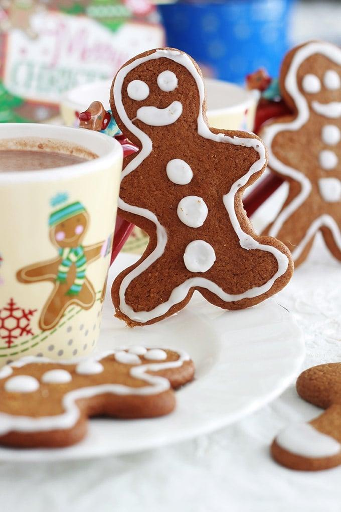 La recette des petits bonhommes en pain d'épices (Gingerbread men en anglais). Biscuits en pain d'épices faciles, incontournables à Noël. A base de mélasse et d'épices (gingembre, girofle, cannelle, muscade). Tellement simples et amusants à faire avec les enfants. Ceux-ci sont décorés par ma fille.