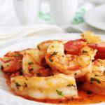 Les crevettes sautées à l'ail et persil est une recette classique tellement simple et rapide à faire. Un plat savoureux prêt en 5 minutes! Difficile à battre. Peu d'ingrédients : crevettes, ail, persil, beurre et/ou huile d'olive, sel et poivre. Tellement bon qu'il faut faire attention à ses doigts!