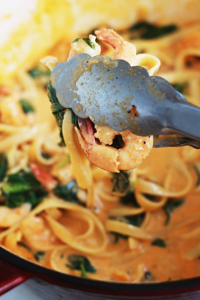 La recette des pâtes aux crevettes avec une sauce crémeuse au fromage et épinards : un plat savoureux, facile et surtout rapide. Pas beaucoup d'ingrédients, et vous pouvez l'adapter selon ce que vous avez sous la main. Vous pouvez même remplacer les crevetts par d'autres fruits de mer ou du poulet.