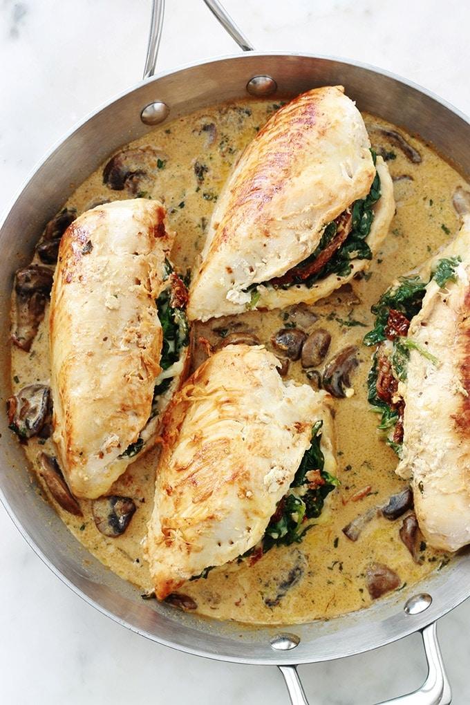 Poitrines de poulet farcies aux épinards, tomates séchées, feta et mozzarella, dans une sauce crémeuse aux champignons. C'est un plat simple et tellement bon. Avec des pâtes, des pommes de terre, du riz … et pourquoi pas avec du pain?