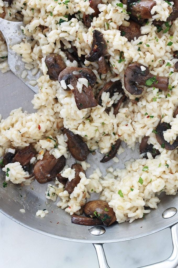 Délicieux risotto aux champignons et parmesan. Une recette facile, sans crème, sans vin et sans gluten. A base de riz à risotto, oignon, bouillon, parmesan, champignons frais, ail, huile d'olive. Peut être servi en entrée, plat d'accompagnement ou même en plat végétarien unique.