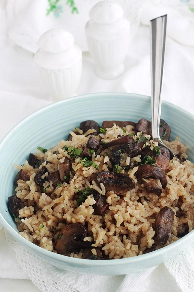 Délicieux riz aux champignons frais cuit au four. C'est une recette de riz pilaf facile à faire. Peu d'ingrédients : riz, oignon, ail, champignons, épices, bouillon. Un plat d'accompagnement sans gluten pour les viandes et volaille.