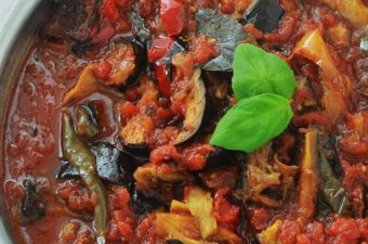 Sauce tomate à l'aubergine et poivrons, facile et très simple à faire. Délicieuse avec des pâtes de toutes sortes, mais aussi avec du riz, des pommes de terre et autres féculents. Et pourquoi pas avec tout simplement un bon pain frais pour tremper dedans?
