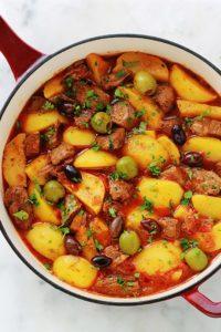 Boeuf mijoté aux pommes de terre dans une sauce tomate avec des pommes de terre et des olives. Un plat tout simple, facile à faire et complet. A servir chaud arrosé d'un bon filet d'huile d'olive, parsemé de persil ou coriandre, et accompagné tout simplement avec du p...</div></body></html>