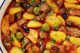 Boeuf mijoté aux pommes de terre dans une sauce tomate avec des pommes de terre et des olives. Un plat tout simple, facile à faire et complet. A servir chaud arrosé d'un bon filet d'huile d'olive, parsemé de persil ou coriandre, et accompagné tout simplement avec du pain à tremper dans la sauce.