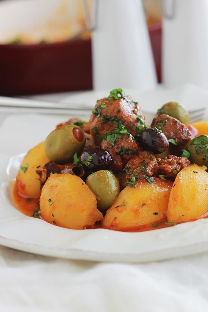 Des morceaux de viande de boeuf cuits dans une sauce tomate avec des pommes de terre et des olives. Un plat tout simple, facile à faire et complet. A servir chaud arrosé d'un bon filet d'huile d'olive, parsemé de persil ou coriandre, et accompagné tout simplement avec du pain à tremper dans la sauce.