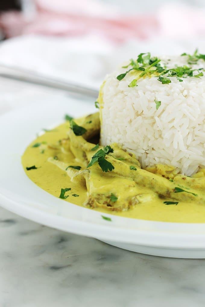 Un délicieux plat très simple et rapide : steak de boeuf au curry avec du riz. 20 minutes en tout. Il est plein de saveurs et se prépare avec peu d'ingrédients : steak de boeuf coupé en morceaux, échalote, ail, curry, lait de coco ou crème liquide, sel et poivre, persil (ou autres herbes selon le goût). Délicieux avec du riz.