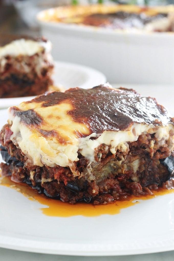La recette de la moussaka grecque facile. Un délicieux gratin complet avec des aubergines, sauce tomate à la viande hachée et sauce blanche. Je vous donne une recette de base toute simple et plusieurs façons de varier / simplifier ce plat réconfortant.