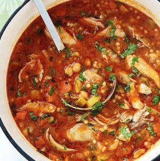 Berkoukes ou mhamsa au poulet est une soupe repas traditionnelle des pays du Grand Maghreb. A base de petites pâtes en forme de billes, légumineuses, légumes frais et poulet (ou autre viande). Un plat complet, économique et réconfortant. La soupe peut être piquante par l'ajout de piment ou d'harissa.