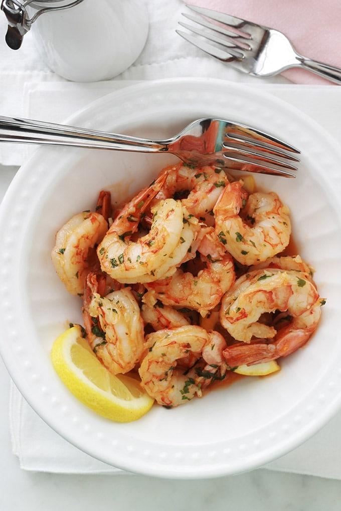 Ces crevettes à l'ail et citron sont tellement délicieuses qu'il faut faire attention à ses doigts! Recette on ne peut plus simple, très rapide (15 minutes), et avec un minimum d'ingrédients. Yummy avec des pâtes, du riz, une purée de légumes, du pain.