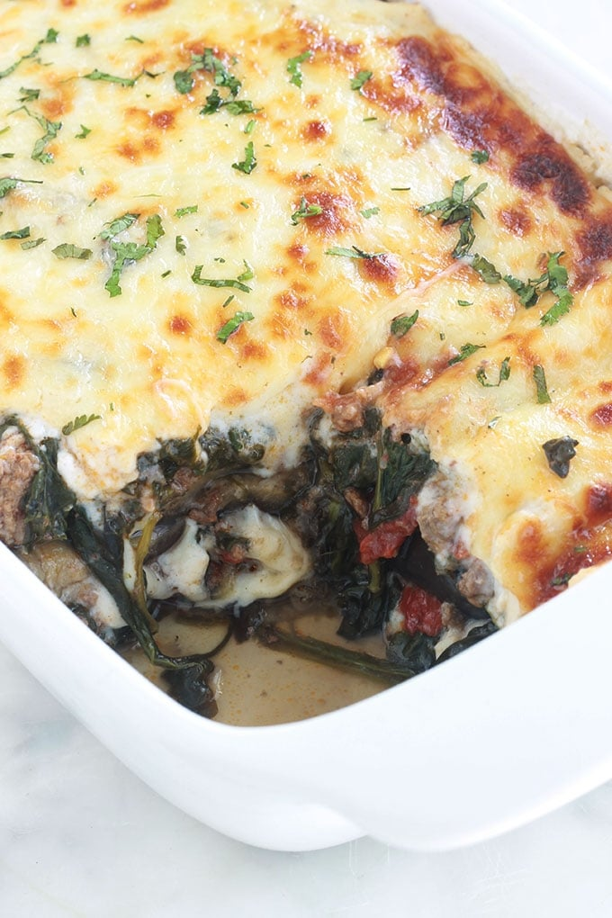 Délicieuses lasagnes aux aubergines, épinards et viande hachée. Ce sont des lasagnes revisitées sans gluten : les feuilles de lasagnes traditionnelles sont remplacées par des tranches d'aubergines. Un plat simple et complet.