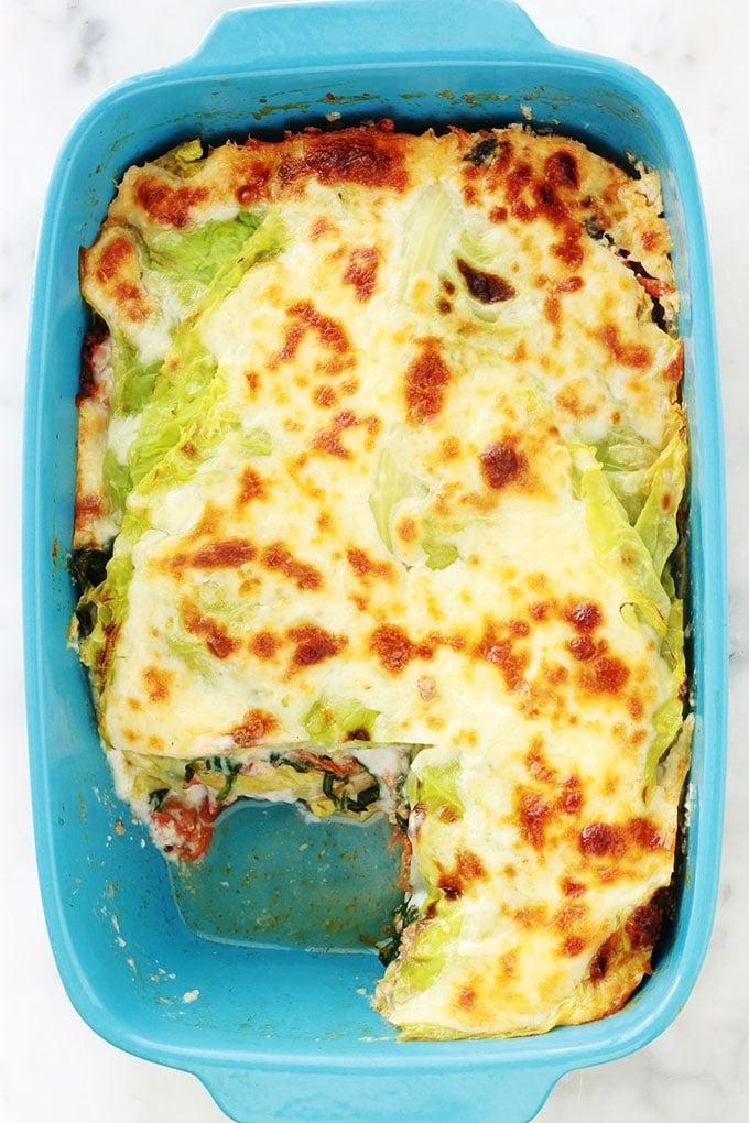 Délicieuses lasagnes aux feuilles de chou, épinards et viande hachée. C'est une recette simple de lasagnes revisitées sans gluten : les feuilles de lasagnes traditionnelles sont remplacées par des feuilles de chou. Un plat simple, complet et moins calorique que les lasagnes classiques.