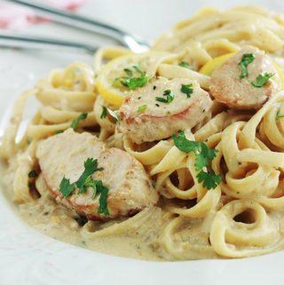 Pour un repas rapide, préparez ces pâtes au poulet sauce crémeuse au citron. Un plat prêt en moins de 30 minutes, simple et plein de saveurs. Pâtes au choix, émincé de poulet, échalote (ou oignon), bouillon, crème, parmesan (facultatif), jus de citron, épices et herbes aromatiques au goût.