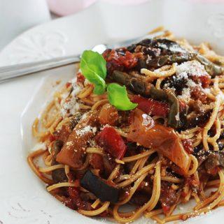 Voici une variante toute simple des pâtes à la sauce tomate : avec des légumes rôtis au four ou poêlés (ici aubergines et poivrons). Une idée simple pour faire manger des légumes aux enfants. C'est un plat facile, économique et qui plaît à tout le monde.