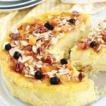 Délicieux pudding aux restes de gâteau, parfumé au citron et à l'eau de fleur d'oranger. Crémeux et tout simple, Une idée pour recycler vos restes de gâteau rassis ou gâteau raté. J'ai utilisé un gâteau quatre-quarts raté et des raisins secs trempés dans de l'eau de fleur d'oranger. Appareil à pudding : oeufs, lait, sucre, arôme. Rapide à préparer et économique.