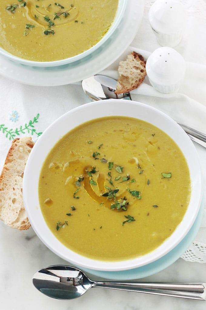 Soupe de pois cassés au cumin à l'algérienne. Délicieuse, riche en nutriments et vitamines. C'est une soupe de légumineuses toute simple, saine et économique. Végétarienne et vegan : les pois cassés étant une bonne source de protéines végétales.