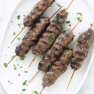 Apprenez à faire des brochettes de kefta à la marocaine : c'est facile, rapide (moins de 20 minutes), et ça plaît à tout le monde. Recette simple : viande hachée, oignon, ail, épices et herbes fines. Même pas besoin de laisser mariner. Cuisson au barbecue, grill du four, plancha ou poêle.