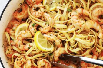 Ces pâtes aux crevettes à l'ail et citron sont divines. Une recette facile et rapide (15 minutes en tout). Peu d'ingrédients : pâtes, crevettes, ail, citron, huile d'olive (et/ou beurre), aromates. Plat complet, rapide et idéal pour les jours de semaine ou quand vous manquez de temps.