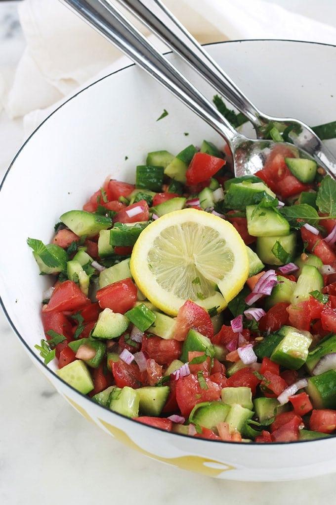 Chlada est une délicieuse salade de tomates et concombre à la marocaine. Croquante, rafraîchissante et très simple. C'est une salade d'été : des tomates, feggous ou concombre, oignon, herbes aromatiques et une vinaigrette. A servir en entrée ou en plat d'accompagnement pour des viandes, poulet ou poisson grillés.