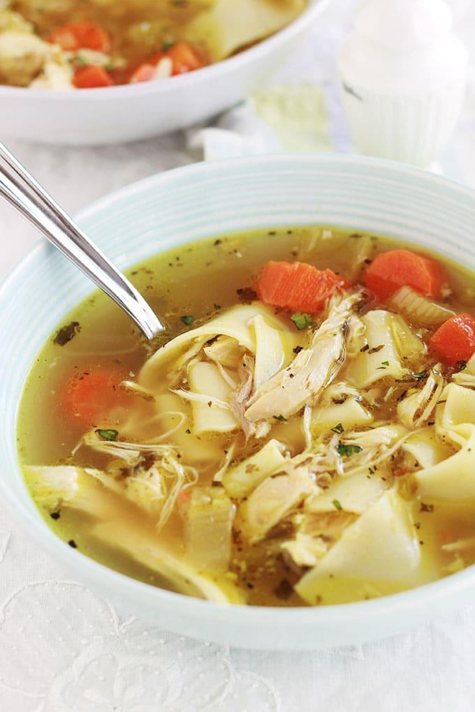 La recette de la soupe de poulet et nouilles à l'américaine. Cette soupe d'hiver aide à renforcer le système immunitaire pour prévenir et combattre le rhume et la grippe. Très simple à faire soi-même et économique : poulet, légumes (carottes, céleri, ail, oignons), épices et herbes fines, bouillon et nouilles.
