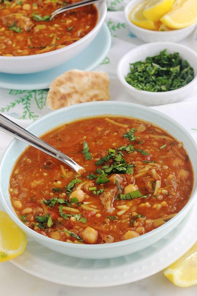 La recette authentique de la soupe marocaine traditionnelle - Harira ou Hrira. Elle est onctueuse et parfumée. Ses ingrédients de base : viande (ou sans pour une version végétarienne), légumineuses (pois chiches, lentilles...), céleri, tomates, épices, herbes aromatiques, riz ou vermicelles, tadwira (farine, eau). Au Maroc, c'est une soupe incontournable durant le ramadan.