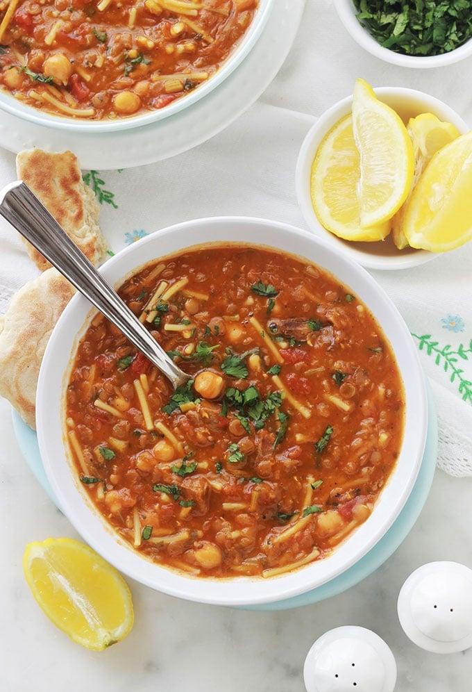 Délicieuse recette de la soupe marocaine traditionnelle - Harira ou Hrira. Elle est agréablement parfumée et onctueuse. Ses ingrédients de base : viande (ou sans pour une version végétarienne), légumineuses (pois chiches, lentilles...), céleri, tomates, épices, herbes aromatiques, riz ou vermicelles et tadwira (farine, eau). Au Maroc, c'est la soupe du ramadan, étant incontournable durant ce mois sacré.