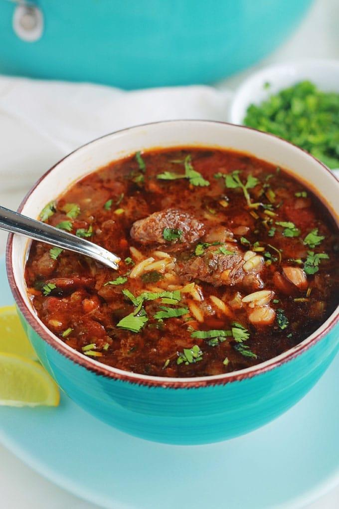 Recette de la chorba algérienne aux langues d'oiseaux, légumes et viande. Une soupe très parfumée aux épices et aux herbes aromatiques. En entrée, plat principal ou collation.