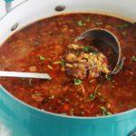 Chorba algérienne aux légumes avec des boulettes de viande hachée et pâtes langues d'oiseaux (tlitli ou orzo). Une soupe consistante, épicée et très parfumée. Servie avec un filet de jus de citron et de la coriandre ou persil haché, c'est divin!