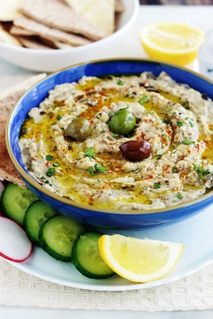 La meilleure recette du Baba ghanoush libanais (ou baba ganouche), caviar d'aubergine libanais. La vraie recette toute simple et tellement bonne : aubergine, tahiné, ail, citron, huile d'olive. Délicieux en entrée, comme dip pour un apéro dînatoire, un plateau de mezzé, ou en plat d'accompagnement.