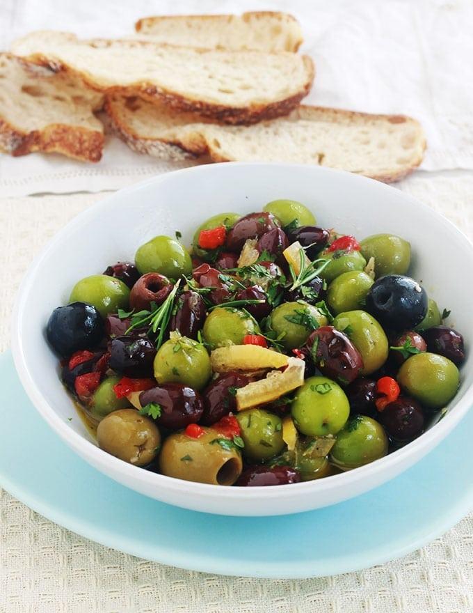 Recette des olives marinées à la marocaine. Ail, épices, herbes fines, citron confit, jus de citron et huile d'olive. Parfaites pour un apéro dînatoire et bien d'autres utilisations!