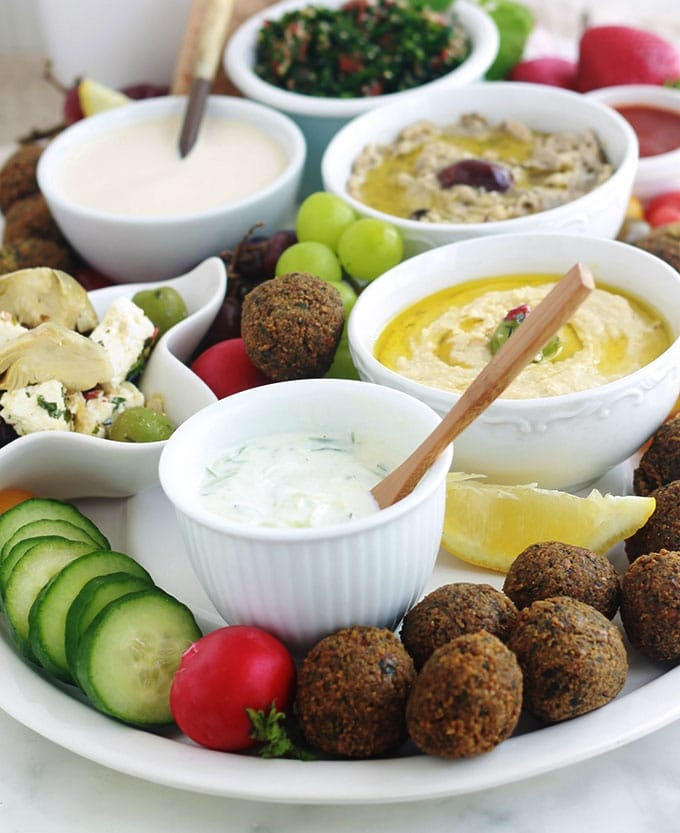 Plateau de mezzé libanais pour apéro : baba ghanoush (baba ghanouch), falafel, houmous, taboulé, sauce tahiné.
