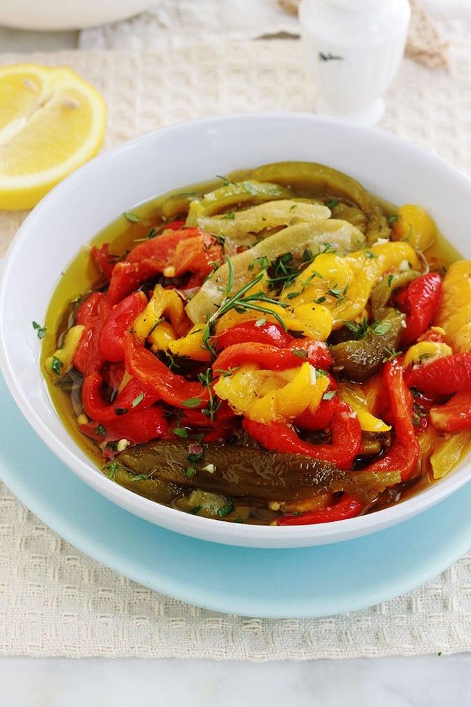 Ces poivrons marinés aux saveurs marocaines sont tout simples et tellement délicieux. Parfumés à l'ail, épices et citron confit. Parfaits pour un apéro dînatoire, en entrée sur des tranches de pain grillé, en salade, sandwich…