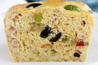 La recette du cake salé de base : moelleux, simple et rapide à préparer. Déclinable à l'infini : il suffit de varier la garniture! Les cakes salés sont parfaits pour un apéro dînatoire, buffet, pique-nique, en entrée ou en plat principal accompagné d'une salade. Économique, le cake salé est aussi superbe pour accommoder vos restes!