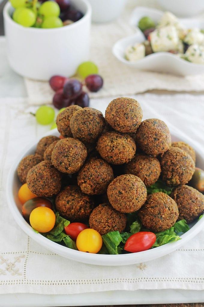 Recette des falafel libanais à base de pois chiches mixés avec oignon, ail, épices et herbes. Cette version maison est meilleure que celle du commerce! Faciles et rapides à faire, les falafels sont sans gluten. C'est aussi une recette végétarienne et vegan.