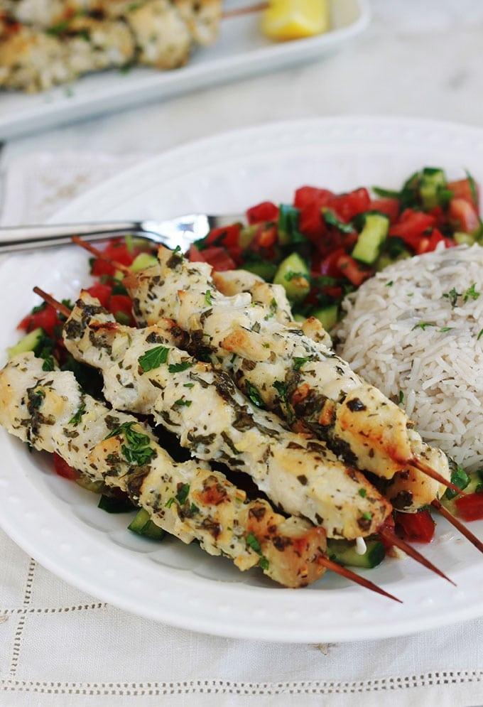 Ces brochettes de poulet mariné sont si simples et tellement délicieuses. Jus de citron, ail, épices et herbes aromatiques. Tendres et juteuses, vous pouvez les préparer à l'avance. Cuisson au four, barbecue, plancha ou à la poêle.