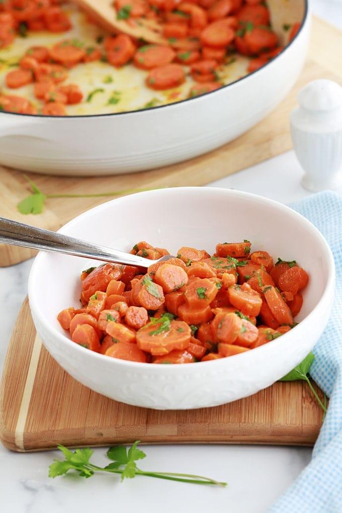 Délicieuse recette des carottes Vichy, simple et pas cher. Les carottes sont fondantes et parfumées. A servir en entrée ou en accompagnement de viandes, volaille et poissons.