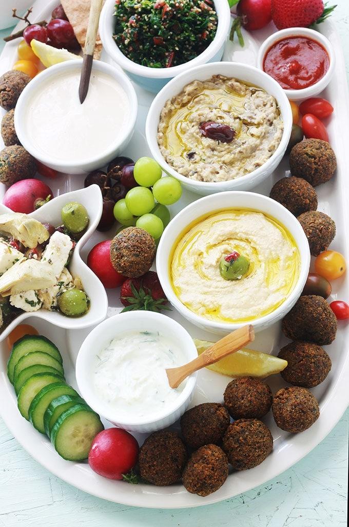 Si vous êtes amateur de falafel et autres plats libanais, vous allez adorer ce plateau de mezzé aux falafel, dips, légumes et sauces. Parfait pour un apéro dînatoire, pour fêter un anniversaire ou simplement un repas entre amis ou en famille.