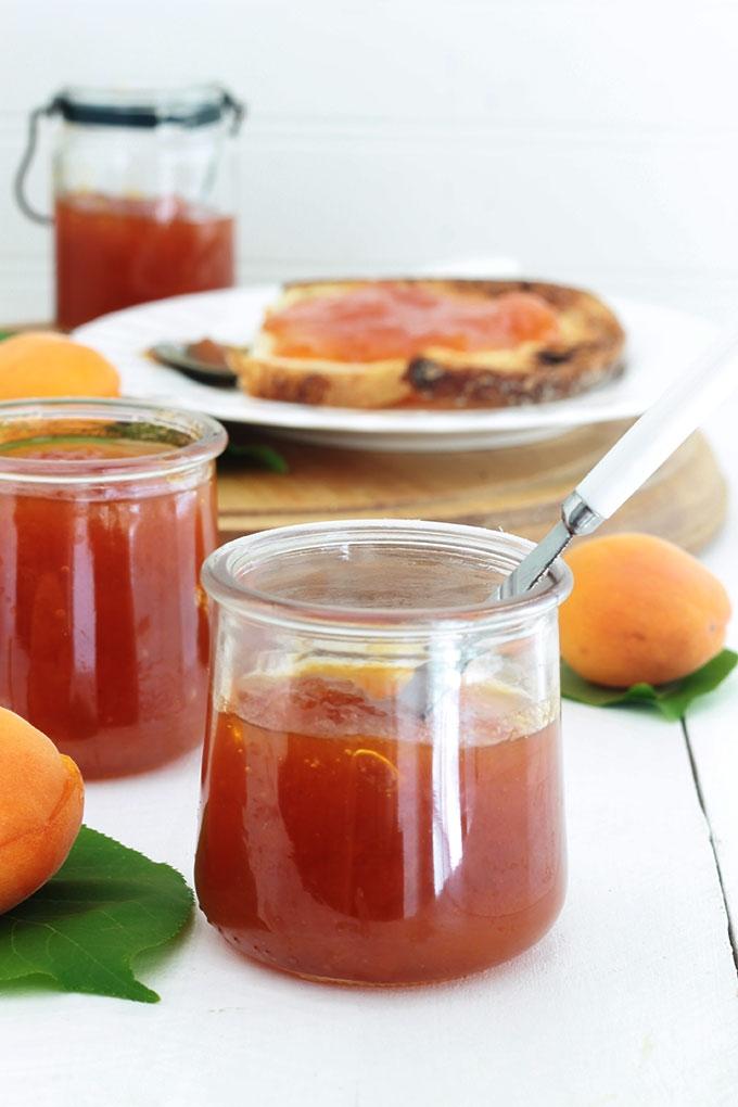 La confiture d'abricots à l'ancienne, toute simple et goûteuse. Avec des fruits frais, sans pectine. Seulement 2 ingrédients : abricots et sucre. La recette est très facile à faire et inratable.