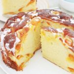 Délicieuse variante du gâteau au yaourt classique avec des abricots. Hyper moelleux, avec un petit goût acidulé. Sans beurre et facile à faire. Utilisez des abricots frais, congelés, confits, en boîte ou au sirop!