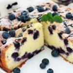 Le gâteau au yaourt aux myrtilles (bleuets) est l'une des meilleures variantes du gâteau au yaourt traditionnel. Peut se faire avec des myrtilles fraîches, congelées, su sirop ou séchées. Hyper moelleux, sans beurre. Une recette facile à faire et à mémoriser!