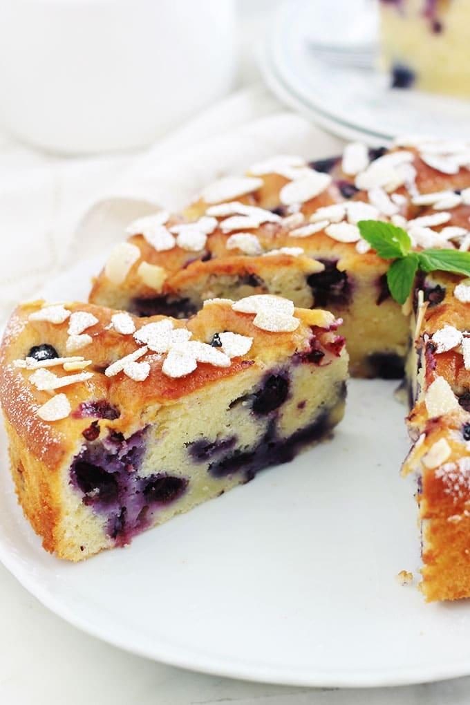 Encore un gâteau au yaourt hyper moelleux, aux myrtilles (ou bleuets) et amandes! Pot de yaourt (nature ou parfumé), myrtilles (fraîches, congelées ou au sirop), poudre d'amande et des amandes effilées. Une recette facile, gâteau gourmand et trop bon!