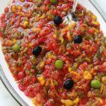 Slata méchouia est une salade de poivrons et tomates grillés à la tunisienne. Toute simple et parfumée. Ingrédients : poivrons, tomates, sel, huile d'olive. Éventuellement aubergine, oignon, ail, épices. En entrée ou en plat d'accompagnement. Un pur bonheur!