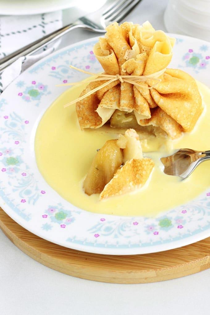 Délicieux dessert tout simple, chic et méga gourmand! Des aumônières de crêpes garnies de pommes caramélisées et présentées sur un fond de crème anglaise. La recette est très facile et vous pouvez préparer à l'avance les pommes caramélisées et la sauce pour sucrée. Superbes comme dessert pour votre repas de Noel ou de fin d'année!
