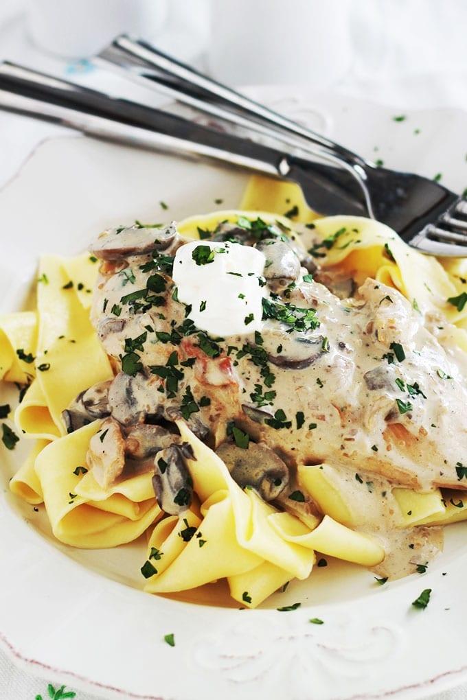 Blancs de poulet sauce stroganoff aux champignons, accompagnés de pâtes pappardelle. Une recette facile et rapide. Et si vous n'avez pas de pappardelle, utilisez des nouilles aux oeufs ou d'autres pâtes, des pommes de terre, du riz ...