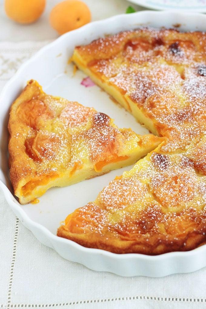 Délicieux clafoutis aux abricots tout simple, avec un petit goût acidulé. Meileure recette de l'appareil à clafoutis, très facile, rapide à préparer et inratable. Utilisez des abricots frais, congelés, au sirop et même secs!