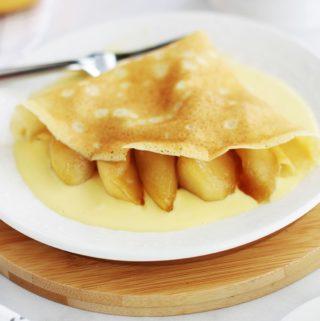 Ces crêpes aux pommes caramélisées sur un lit de crème anglaise font un petit dessert sympa vraiment succulent. C'est aussi une idée de recette toute simple mais chic pour la chandeleur. La petite sauce d'accompagnement (crème anglaise) n'est pas obligatoire, mais elle est tellement bonne!
