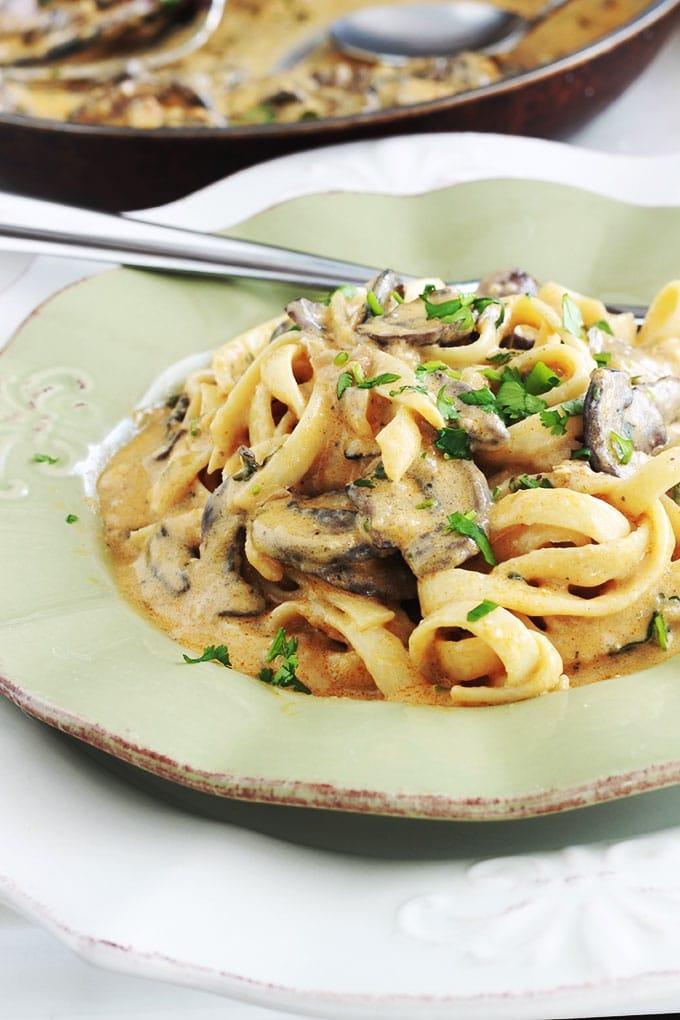 Les pâtes en sauce crémeuse aux champignons est un plat végétarien, simple, rapide et tellement bon! Idéal pour les jours de semaines. Apprécié des petits et des grands.
