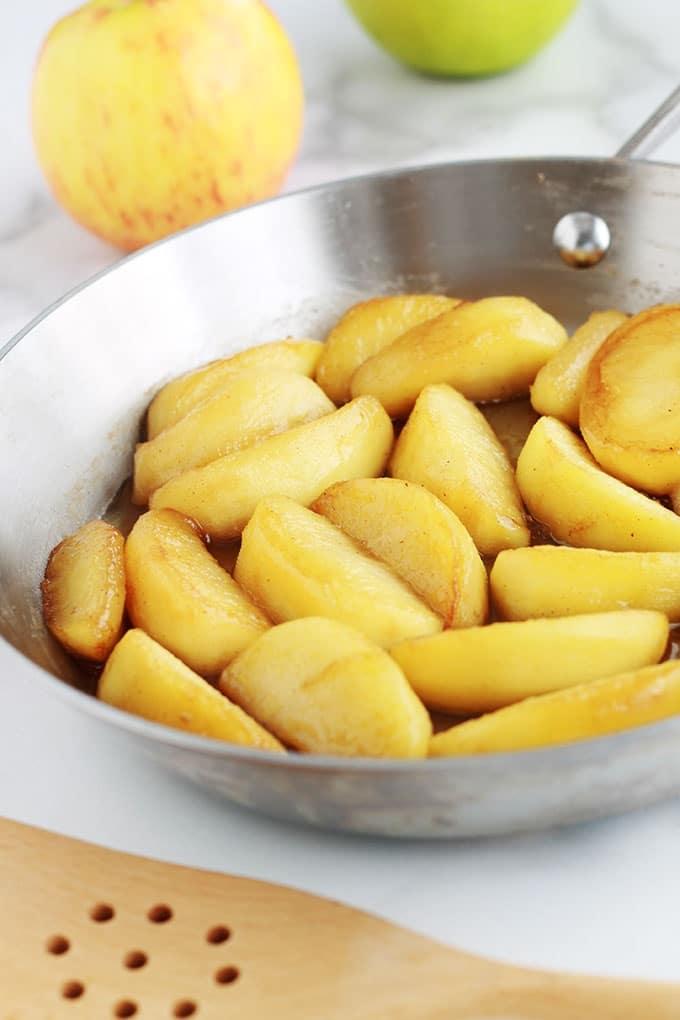 Recette des pommes caramélisées à la poêle. Un dessert très facile et rapide. A déguster avec une boule de glace ou de la Chantilly. Ou utiliser pour garnir des crêpes, pancakes, gaufres, verrines de tiramisu, riz au lait, panna cotta et bien d'autres desserts!