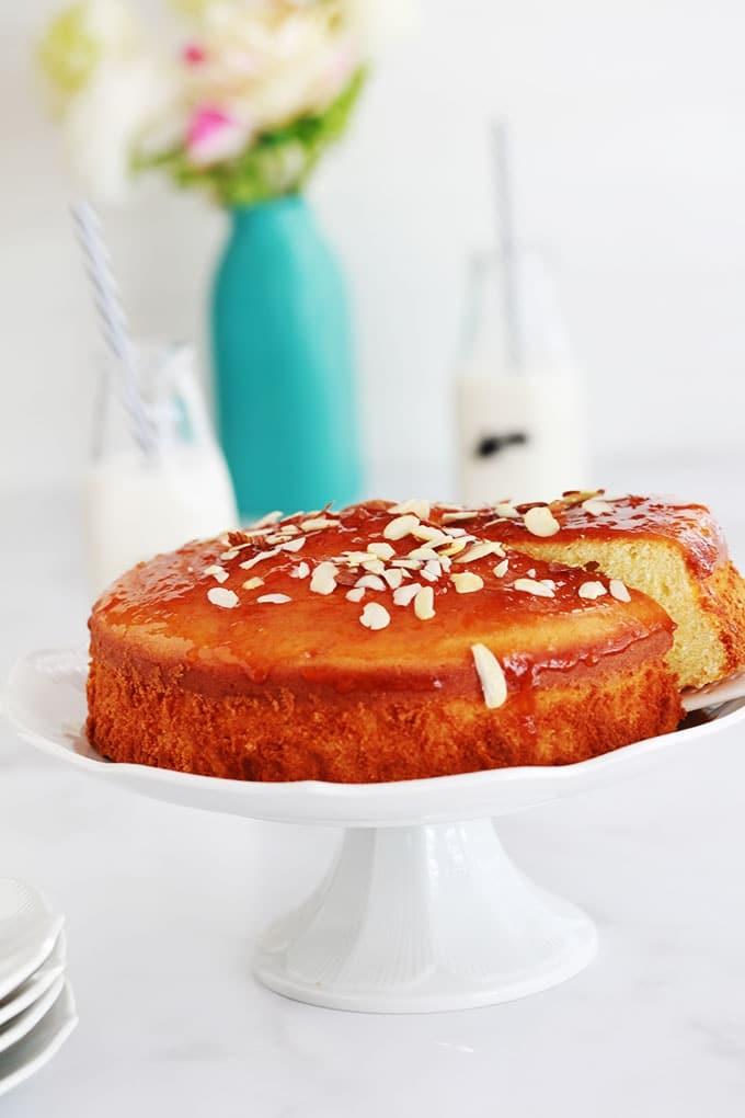 Délicieux gâteau moelleux pour utiliser des jaunes d'oeufs. Nature, parfumé et très facile. Recette de base dont vous vous pouvez faire bien des variantes en ajoutant des fruits, du chocolat, versions mini dans des moules à muffin…